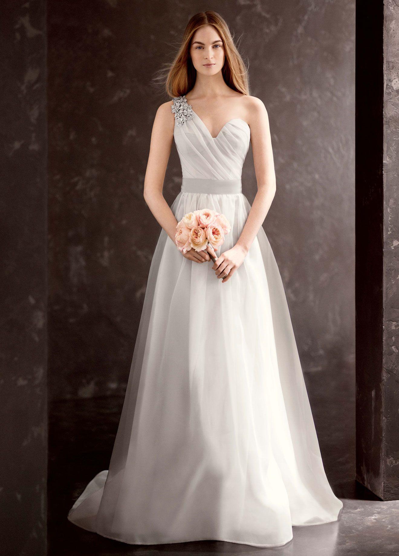 VW 026 Легкое свадебное платье из органзы с лифом на одно плечо, украшенное роскошным украшением из кристаллов Сваровски. Силуэт непышный от талии отлично