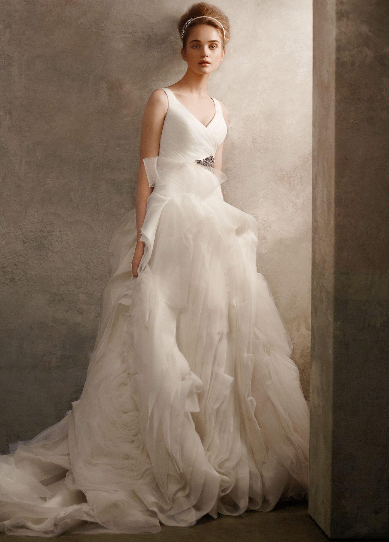 Пышное свадебное платье Vera Wang White. Лиф с В - образным вырезом на груди и на спине. В наличии два платья б/у, оба в отличном состоянии, следов носки